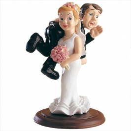 Figura para tarta novia llevando al novio 15cm