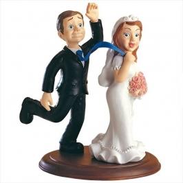 Figura decorativa novia arrastrando al novio 15cm