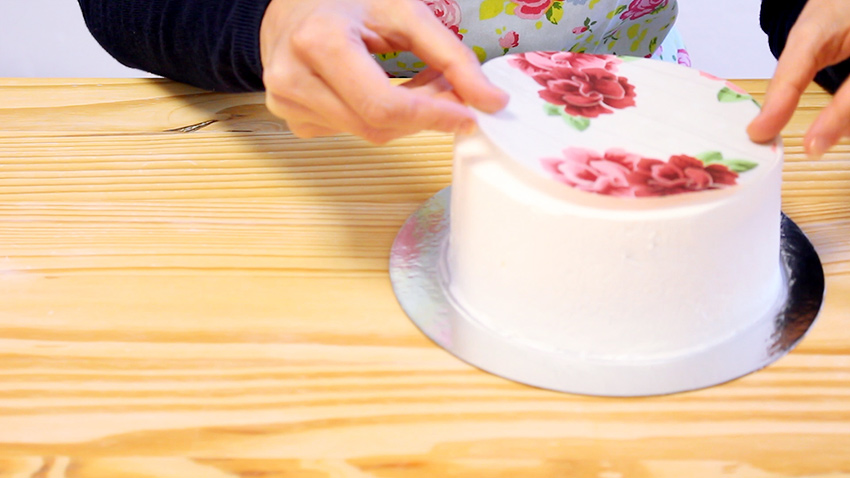 como pegar obleas y papel e azúcar sobre tartas cubiertas de nata