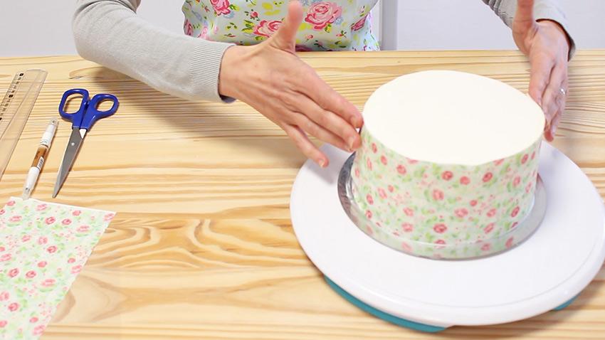 cubrir los laterales de una tarta con papel de azúcar