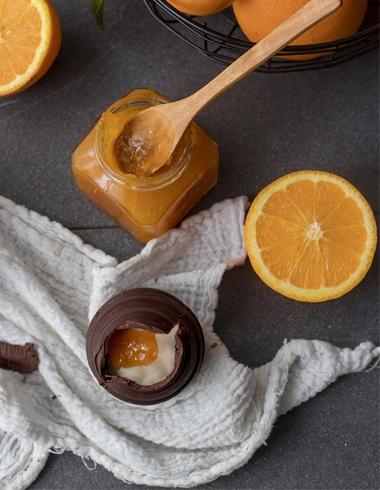 Huevos de Chocolate Rellenos de Mousse de Queso y Mermelada de Naranja